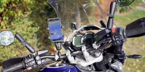 Difficile de manque le support sur le tableau de bord de la moto