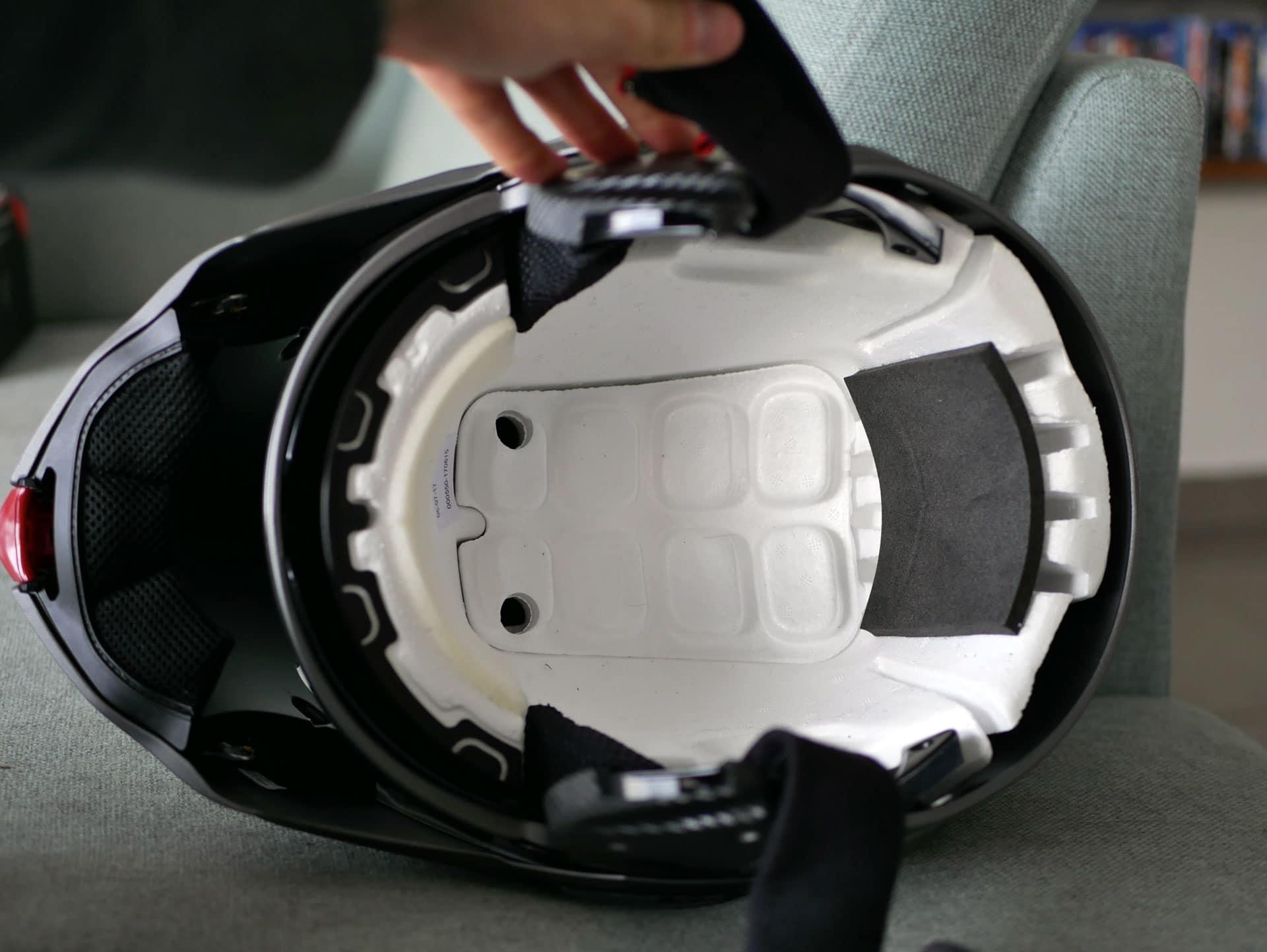 Des mousses sont collées sur la calotte pour ajuster la tailles et améliorer le confort