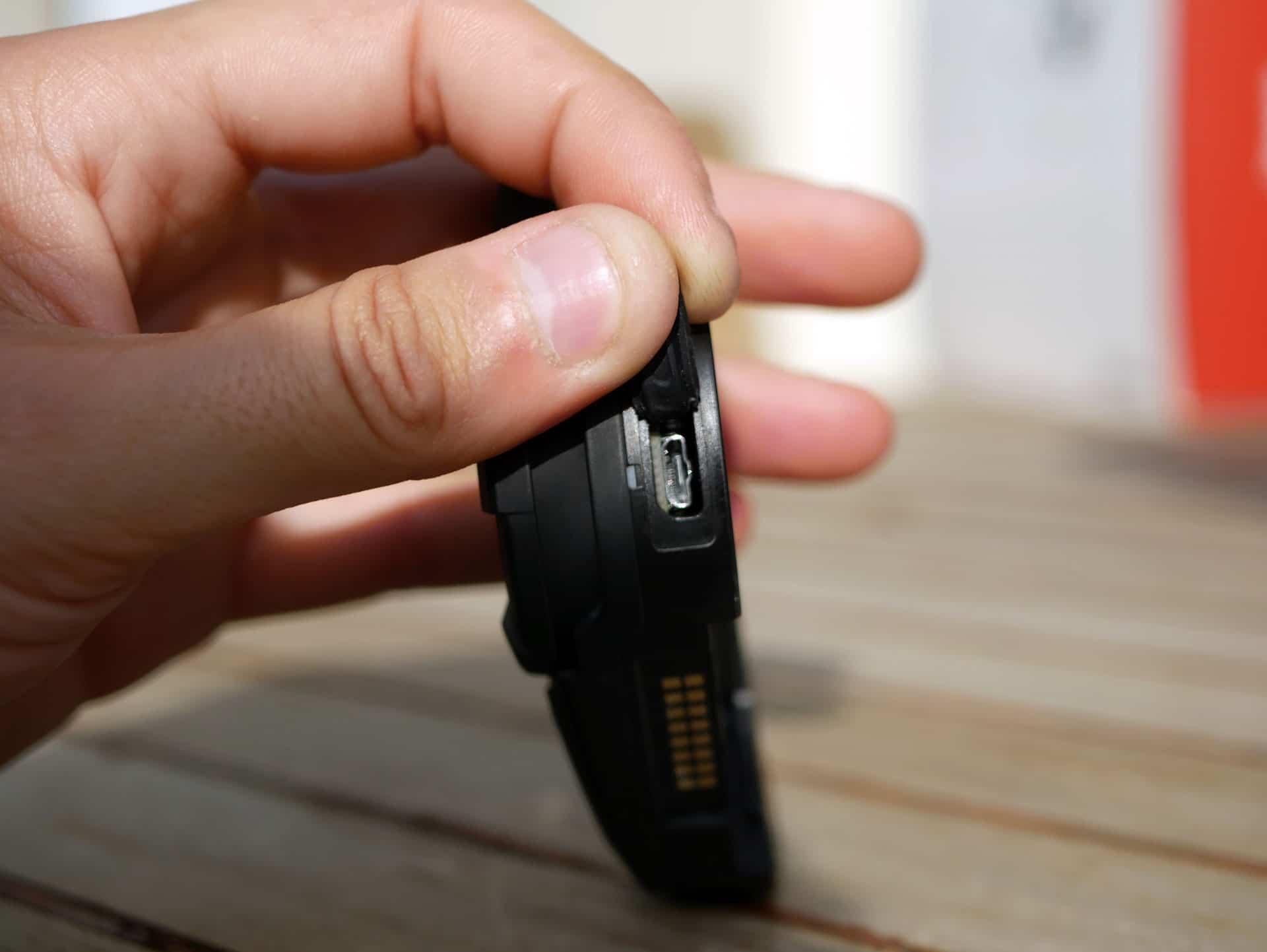 La charge se fait via un port micro USB